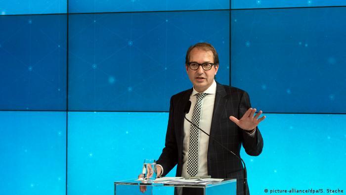 Deutschland Bundesverkehrsminister Alexander Dobrindt - VW-Abgasskandal (picture-alliance/dpa/S. Stache)