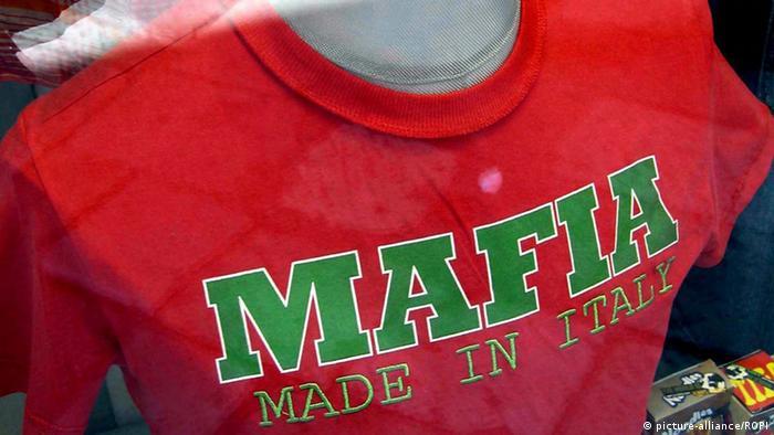 Манекен в футболке с надписью латинскими буквами: Mafia. Made in Italia.