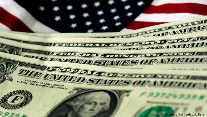Foto-símbolo: bandeira dos EUA e nota de dólar