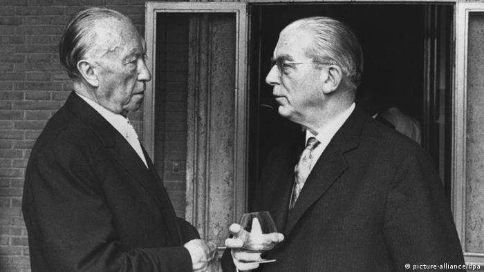 Konrad Adenauer (links) ermöglichte seinem Kanzleramtschef Hans Globke einen nahtlosen Übergang aus dem Nationalsozialismus