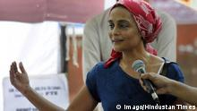 19.9.2015 NEW DELHI, INDIA - SEPTEMBER 19: Author Arundhati Roy addresses students of Film and Television Institute of India (FTII), who are demanding the cancellation of the appointment of Gajendra Chauhan as chairman, on hundreds days of their protest, on September 19, 2015 in New Delhi, India. As the strike by students at Film and Television Institute of India (FTII) completes 100 days on Saturday, they have relented and agreed to talks with the government without any conditions. The current protest is one of the longest in the FTII s 50 years of history. The institute has so far seen 40 agitations; the longest one in 1992 when students resisted changes in syllabus. (Photo by Mohd Zakir/Hindustan Times ) FTII Students Demand Cancellation Of The Appointment Of Gajendra Chauhan PUBLICATIONxNOTxINxIND New Delhi India September 19 author Arundhati Roy addresses Students of Film and Television Institute of India FTII Who are demanding The cancellation of The appointment of Gajendra Chauhan As Chairman ON hundreds Days of their Protest ON September 19 2015 in New Delhi India As The Strike by Students AT Film and Television Institute of India FTII completes 100 Days ON Saturday They have and agreed to Talks With The Government without Any Conditions The Current Protest IS One of The LONGEST in The FTII S 50 Years of History The Institute has as Far Lakes 40 agitations The LONGEST One in 1992 When Students resisted Changes in syllabus Photo by Mohd Zakir Hindustan Times FTII Students Demand cancellation of The appointment of Gajendra Chauhan PUBLICATIONxNOTxINxIND Imago/Hindustan Times