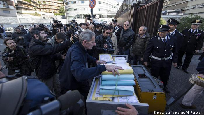 Documents of the Mafia Capitale trial are brought to the court in Rome, Italy, 05 November 2015 (Photo: EPA/MASSIMO PERCOSSI)