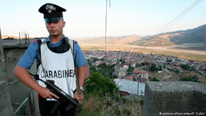Italien San Luca Polizei Carabiniere (picture-alliance/dpa/F. Cufari)