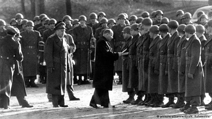 Andernach Gründung Bundeswehr Theodor Blank Soldaten Vereidigung (picture-alliance/dpa/K. Rohwedder)