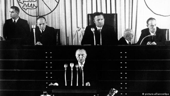 Bundeskanzler Konrad Adenauer wirbt 1950 im Bundestag für einen deutschen Beitrag zur Verteidigung Westeuropas, Foto: Picture-alliance/dpa