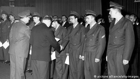 Bonn Ernennungszeremonie der ersten 101 Bundeswehr Soldaten (picture alliance/akg-images)