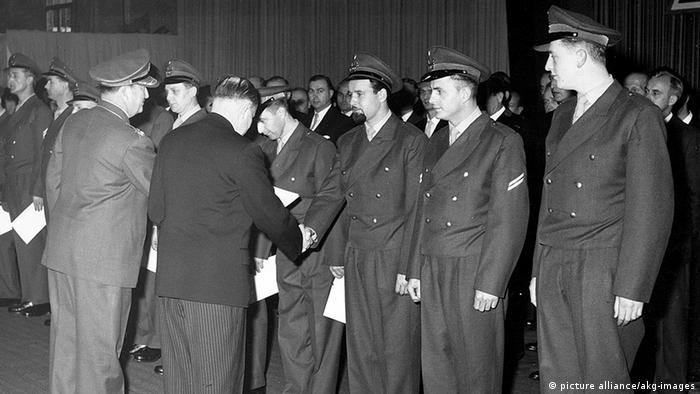 Theodor Blank, der erste Bundesverteidigungsminist, überreicht den ersten Soldaten ihre Ernennungsurkunden. Foto: picture alliance/akg-Images