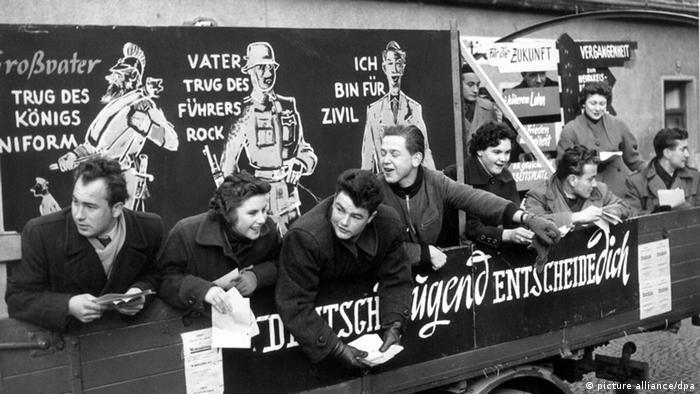 Junge Leute protestieren 1954 in München gegen die Wiederbewaffnung Deutschlands, Foto: picture alliance/dpa