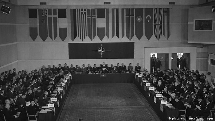 Paris Sitzung des NATO-Rats Beitritt Deutschlands zur NATO (picture-alliance/akg-images)