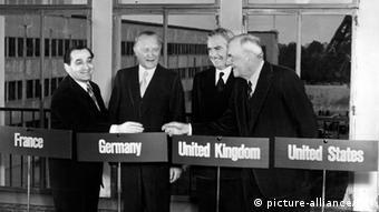 Konrad Adenauer (2. von links) bei der Vier-Mächte-Konferenz 1954, links neben ihm Pierre Mendes-France, Premierminister Frankreichs, Sir Anthony Eden, Außenminister Großbritanniens und John Foster Dulles, US- Außenminister.