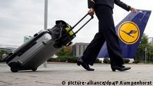 ARCHIV- Eine Flugbegleiterin geht am 31.08.2012 auf dem Flughafen in Frankfurt am Main nach der Streik-Abschlusskundgebung zurück zur Arbeit in die Lufthansa-Basis. Foto: Frank Rumpenhors/dpa (zu dpa Lufthansa-Flugbegleiter streiken ab Freitag vom 05.11.2015) +++(c) dpa - Bildfunk+++ picture-alliance/dpa/F.Rumpenhorst