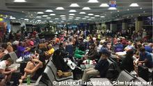Fluggäste warten am 05.11.2015 in der Abfertigungshalle des Flughafens in Scharm el Scheich (Ägypten). Internationale Airlines haben als Reaktion auf Spekulationen über einen Anschlag auf das abgestürzte russische Passagierflugzeug Flüge nach Scharm el Scheich gestoppt. Großbritanniens Regierung erklärte, sie halte es für immer wahrscheinlicher, dass Terroristen für den Absturz des Airbus A321 der sibirischen Airline Kolavia in Ägypten verantwortlich seien. Foto: Beno Schwinghammer/dpa +++(c) dpa - Bildfunk+++