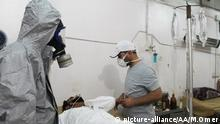 ALEPPO, SYRIA - SEPTEMBER 01: Wounded people receive treatment after Daesh terrorists' mustard gas attack in anti-regimist forces controlled Mari District of Aleppo, Syria on September 01, 2015. Mamun Ebu Omer / Anadolu Agency Keine Weitergabe an Drittverwerter.