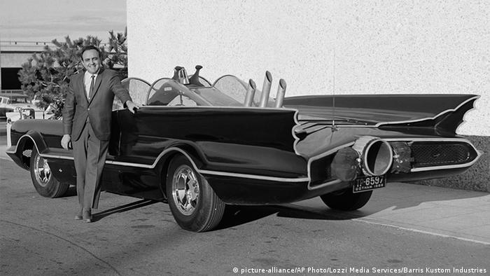 George Barris steht vor Batmobil (Foto: picture-alliance)