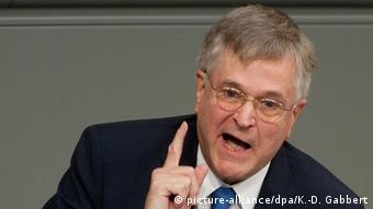 HIntze debating in the Bundestag with raised finger (picture-alliance/dpa/K.-D. Gabbert)