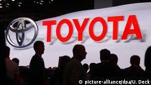 Logo ARCHIV - Ein Toyota-Logo mit Schriftzug, aufgenommen am 10.09.2013 am Pressetag der Internationalen Automobilausstellung (IAA) in Frankfurt (Hessen). Der weltgrößte Autobauer Toyota hat in den ersten neun Monaten des laufenden Geschäftsjahres den Gewinn gesteigert. Foto: Uli Deck/dpa (zu dpa Ringen um Marktanteile: Japanische Hersteller klammern an Deutschland vom 24.08.2015) +++(c) dpa - Bildfunk+++ picture-alliance/dpa/U. Deck
