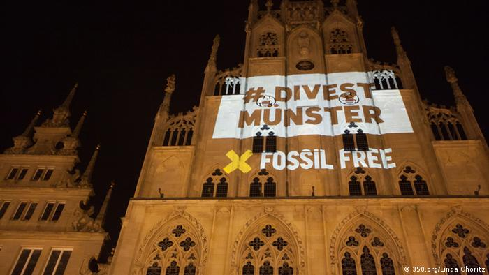 Projection of Fossil Free on the Münster cathedral. (Photo: Linda Choritz - licht-gestalten.net/)