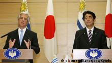 06.11.2015 ©Kyodo/MAXPPP - 06/11/2015 ; Uruguayan President Tabare Vazquez (L) and Japanese Prime Minister Shinzo Abe attend a joint press conference in Tokyo after their meeting on Nov. 6, 2015. They agreed to speed up work to effectuate an investment pact the two governments signed in January as part of efforts to expand bilateral trade and investment. picture-alliance/dpa/Kyodo