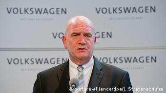 Ο ισχυρός επικεφαλής του ΔΣ της VW, Μπερντ Όστερλοχ επιτέθηκε εναντίον των δύο εταιρειών λέγοντας ότι «κατά την άποψή μας η ευθύνη βρίσκεται καθαρά στο τερέν του προμηθευτή»)