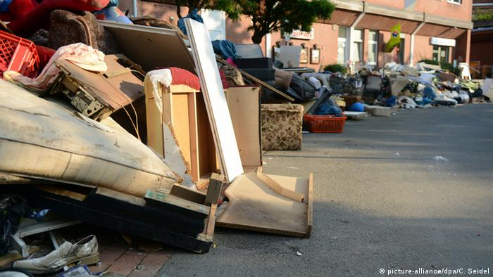 Sperrmüll aus überfluteten Kellern steht am Straßenrand (Foto: picture alliance).