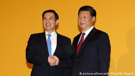 Taiwan Singapur Treffen Ma Ying-jeou und Xi Jinping (picture-alliance/AP Photo/W. Maye-E)