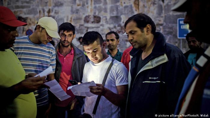 Проверка документов у пакистанских беженцев в Греции