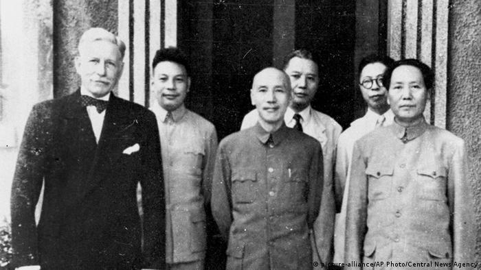 China Chiang Kai-shek mit Mao Zedong und Patrick J. Hurley 1945 in Chongqing