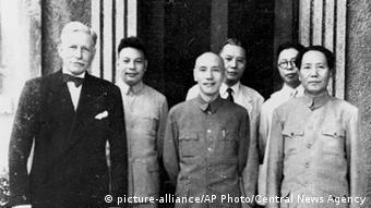 1945 nach Kriegsende erfreute sich Chiang Kai-shek (Mitte) noch der Protektion der USA (links US-Botschafter Patrick J. Hurley). Aber sein Rivale Mao Zedong (r) sollte schon nach wenigen Jahren über Festland-China herrschen und schließlich auch die Anerkennung durch die USA gewinnen. (Foto: picture-alliance/AP Photo/Central News Agency)