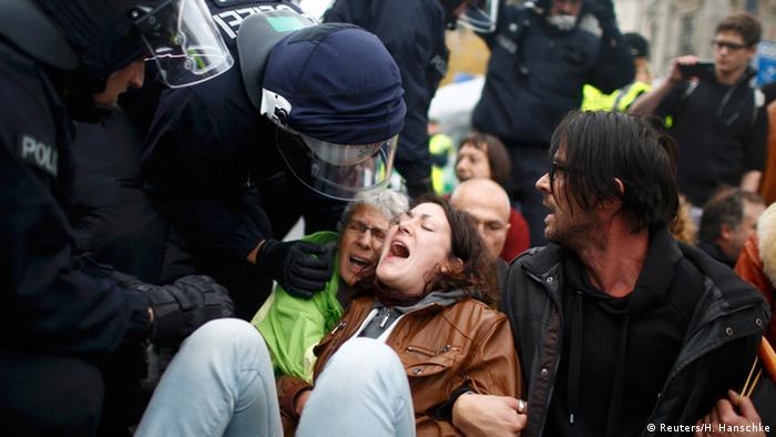 نیروهای پلیس مخالفان راستگرایان را که سد راه تظاهرکنندگان شده بودند، از صحنه دور میکند