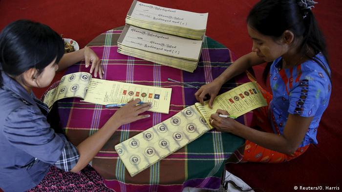 Petugas pemilu menyiapkan surat suara di Myanmar.