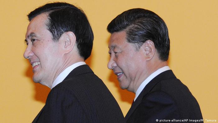Taiwan China Treffen Ma Ying-jeou und Xi Jinping in Singapur (picture-alliance/AP Images/M. Tamura)