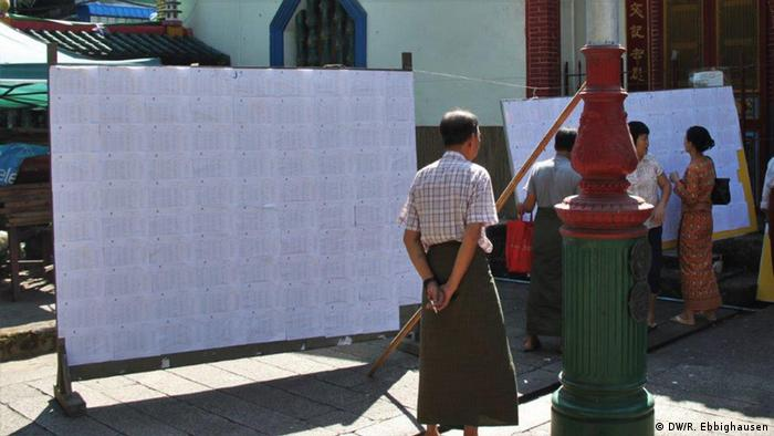 List of voters at the Anawrahta Road polling station. (Photo: Rodion Ebbinghausen, DW)