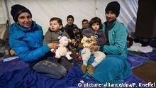 Eine Familie aus Syrien wartet am späten Abend des 02.11.2015 nahe der oberösterreichischen Ortschaft Hanging (Österreich) in einem Notzelt für rund 1000 Menschen auf ihren Grenzübertritt nach Deutschland. Copyright: picture-alliance/dpa/P. Kneffel