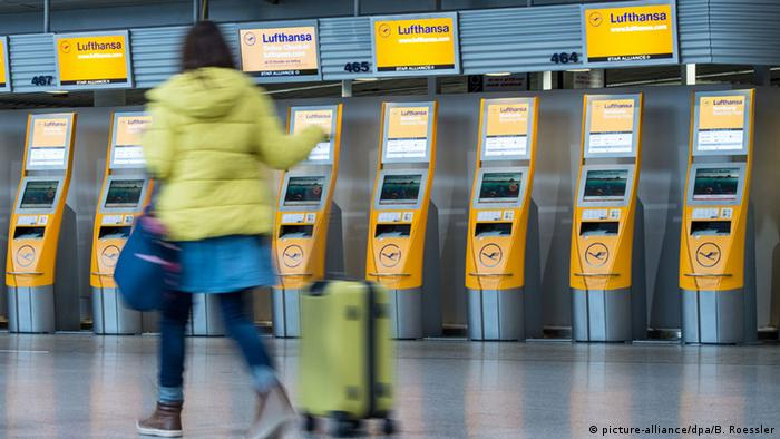 Lufthansa self-check-in terminal (picture-alliance/dpa/B. Roessler)