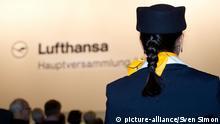 allgemein, Feature, Randmotiv, eine Flugbegleiterin Stewardess verfolgt die Hauptversammlung, Hauptversammlung der Deutsche Lufthansa AG am 08.05.2012 in Koeln, Â Copyright: picture-alliance/Sven Simon