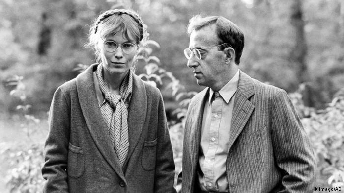 Scene from Woody Allen's Zelig, Mia Farrow and Woody Allen out on a walk (Imago).