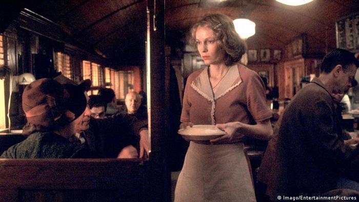 Scene from Woody Allen's The Purple Rose of Cairo, Mia Farrow as a waitress (Imago).