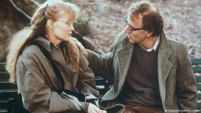 Filmstill Verbrechen und andere Kleinigkeiten - Mia Farrow und Woody Allen sitzen auf einer Bank (Imago).