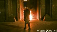 Artist Pyotr Pavlensky holds a petrol can during a protest action titled Threat in front of the Federal Security Service (FSB) headquarters in central Moscow, Russia November 9, 2015. One of Russia's most radical political performance artists was detained in Moscow early on Monday after briefly setting fire to the entrance of the headquarters of the FSB security service, the successor to the Soviet KGB. REUTERS/Nigina Beroeva EDITORIAL USE ONLY. NO RESALES. NO ARCHIVE +++ (C) Reuters/N. Beroeva