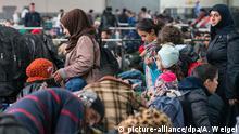 08.10.2015 **** Flüchtlinge warten am 08.10.2015 in einer Erstregistrierungsstelle der Bundespolizei für Asylsuchende in Passau (Bayern). Foto: Armin Weigel/dpa Copyright: picture-alliance/dpa/A. Weigel