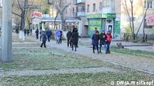 Alle Rechte gehören DW Korrespondent Anatoliy Weißkopf und wurden freigegeben. Schlüsselwörter: Kasachstan, Almaty, Tenge, Kasachische Währung, Wechselstube, Währungskurs DW/A.Weißkopf