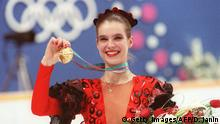 27.02.1988 ***** Bildunterschrift:Calgary, CANADA: POUR ILLUSTRER LES PAPIERS SUR LES FIGURES MYTHIQUES DES JEUX OLYMPIQUES D'HIVER - (FILES) Picture taken 27 February 1988 of East German figure skater Katarina Witt smiling as she displays her gold medal at the Olympic Saddledome in Calgary. Katarina Witt, second behind US rival Debi Thomas after the short program, won the free program event and the overall title to become the first woman figure skater to repeat as Olympic champion (she won the gold medal in Sarajevo in 1984) since Norwegian Sonja Henie (1928, 1932, 1936). AFP PHOTO/DANIEL JANIN (Photo credit should read DANIEL JANIN/AFP/Getty Images) Copyright: Getty Images/AFP/D. Janin