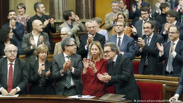 Spanien das Regionalparlament von Katalonien beschließt Abspaltung (picture-alliance/dpa/EFE/A. Dalmau)