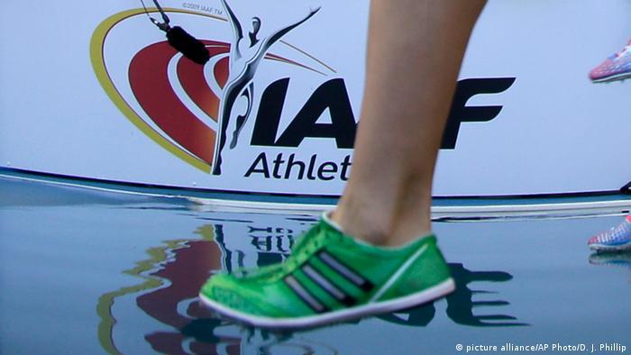 Нога легкоатлета на фоне эмблемы IAAF