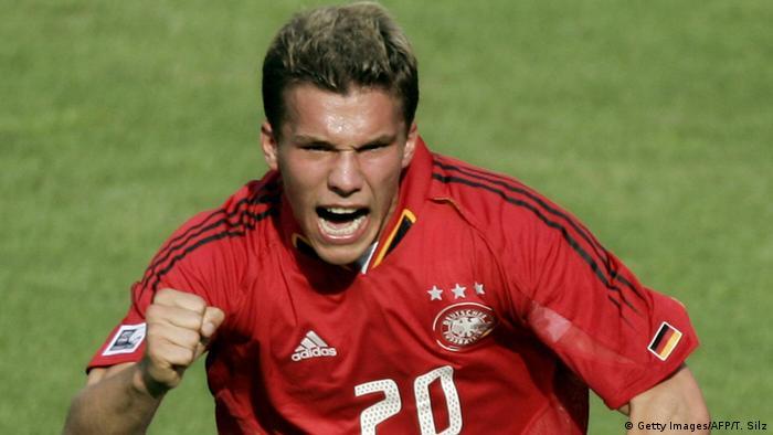 Lukas Podolski festeja após marcar um gol contra o Brasil, na Copa das Confederações de 2005