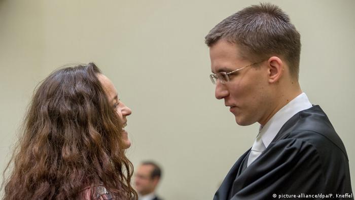 Die Hauptangeklagte im NSU-Prozess, Beate Zschäpe (l.), und einer ihrer Pflichtverteiger, Mathias Grasel