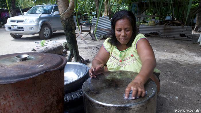 Kiribati Bewohnerin mit Wassertank (DW/T. McDonald)