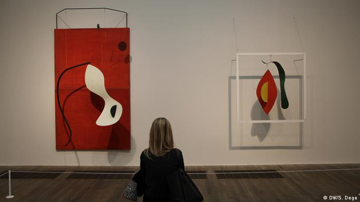 Ausstellung Alexander Calder Red and White Panel 1963