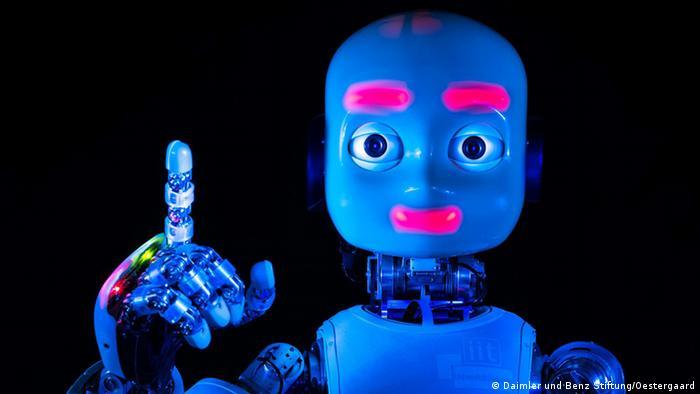Um robô com cara de boneco