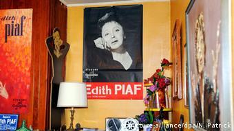 Sammlerstücke im Privatmuseum für Édith Piaf in Paris
